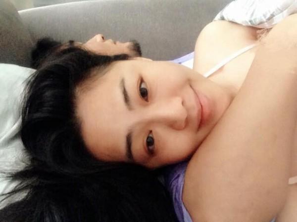 李婉鈺今天早上在個人臉書上PO出與一名男子的親密床照。(圖取自臉書)