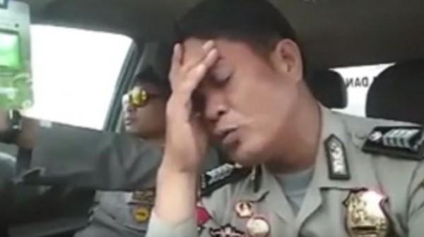 一名印尼警察在臉書上傳他模仿劉德華的影片,有模有樣唱起《難免有錯》。(圖擷取自YouTube)