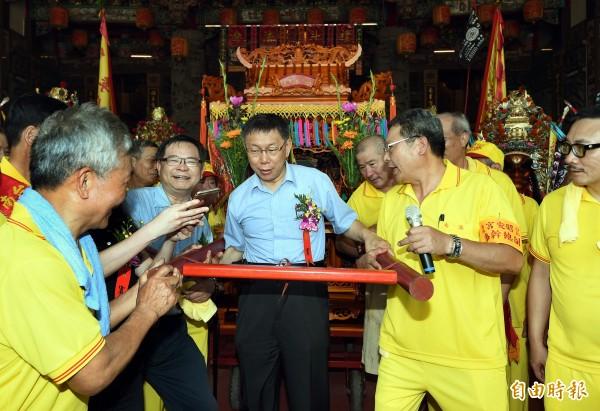 「南港昭安宮30 週年慶遶境」活動28日舉行,台北市長柯文哲(中)應邀出席主祭。(記者方賓照攝)