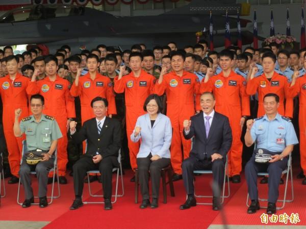 總統蔡英文今天首度以三軍統帥身分赴花蓮視察空軍花蓮基地401聯隊,並與國軍弟兄合影。(記者鍾麗華攝)