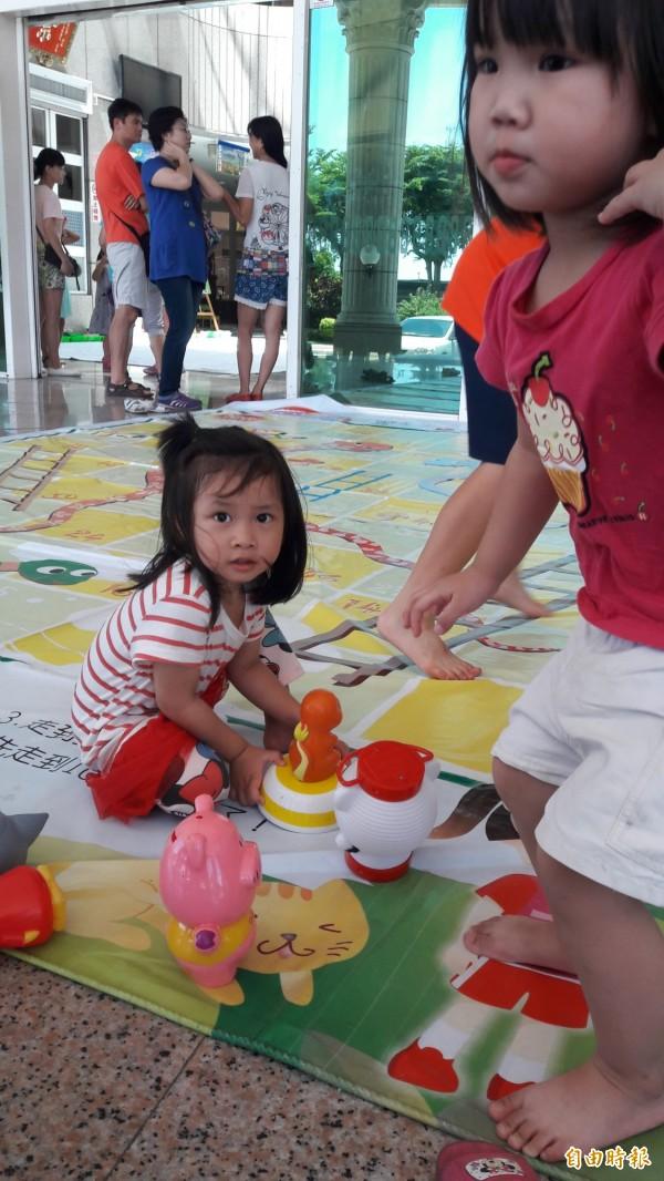 小朋友一起在台東縣議會玩玩具。(記者黃明堂攝)