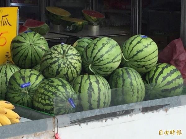 炎熱的天氣,讓民眾想起西瓜的甜美滋味。(資料照,記者黃美珠攝)
