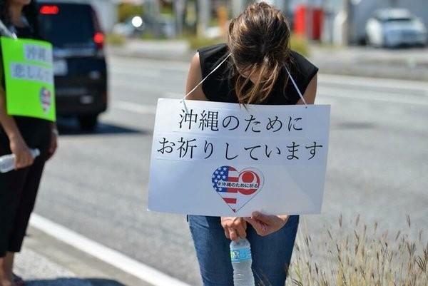 美國人低頭道歉低頭向沖繩道歉。(圖擷自PTT)