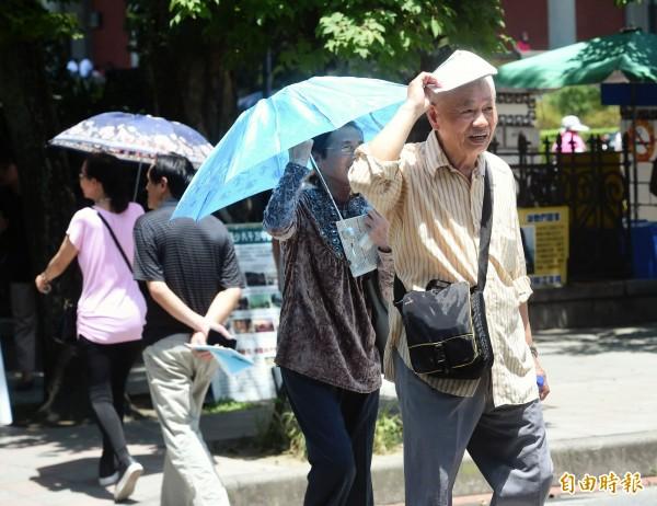 大台北地區已出現36度以上高溫。(記者方賓照攝)