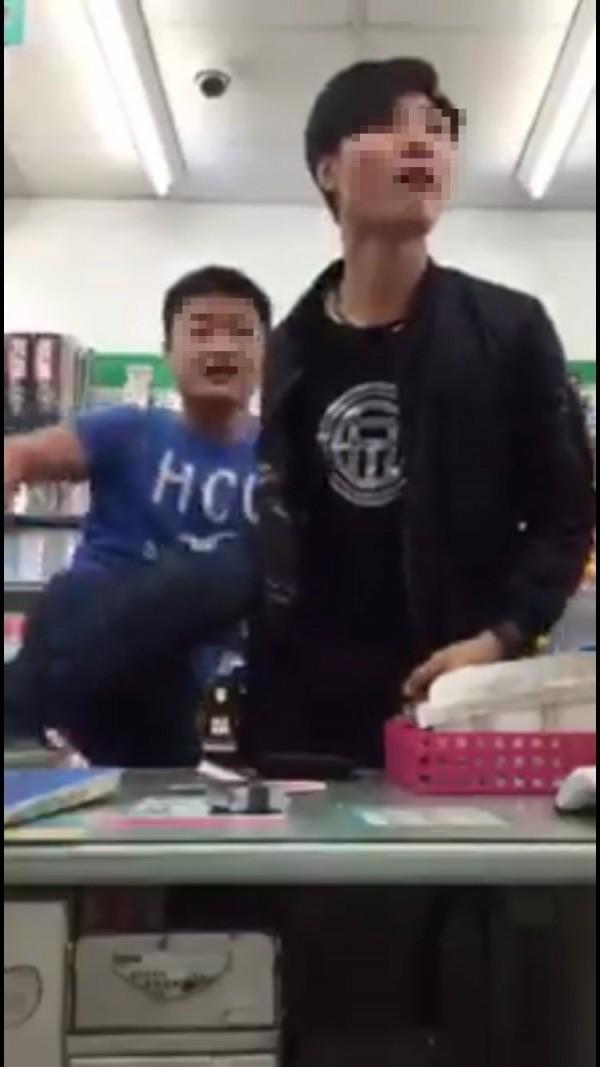 莊男與友人囂張模樣被擄姓店員錄影蒐證。(記者徐聖倫擷取自臉書)