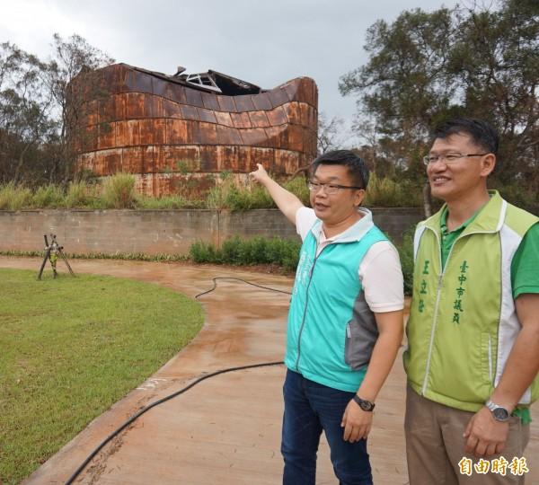 清水大楊油庫因風災受損,議員王立任(右)要求文化局重視歷史建物,別成為古蹟殺手。(記者黃鐘山攝)