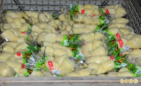 綠竹筍完成真空包裝後,還要進行高溫殺菌。(記者吳俊鋒攝)