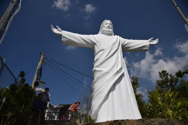 南投縣信義鄉潭南村天主堂有座巨型基督像,成為遊客來訪必遊景點。(日管處提供)