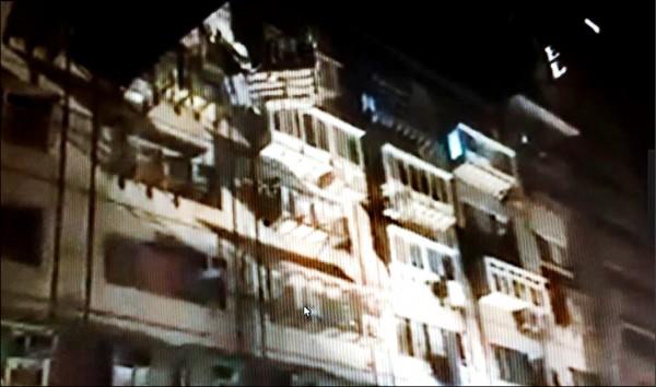 北市德惠街一處社區大樓凌晨3時自6樓處發生火災。(翻攝自爆料公社)