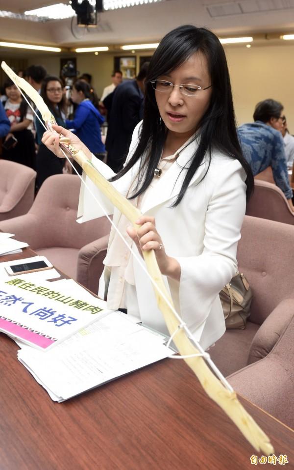 陳瑩今(30)日到立法院質詢時,受到媒體熱烈關注,頻頻詢問她對於劉建國感情的看法,一度導致陳瑩無法出入會議室,不斷拜託媒體「讓我上廁所可以嗎?」。(記者簡榮豐攝)
