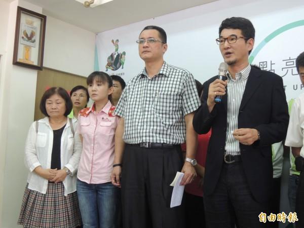 立委劉建國希望大家不要把他當成媒體吸引讀者的「小丑」。(記者廖淑玲攝)