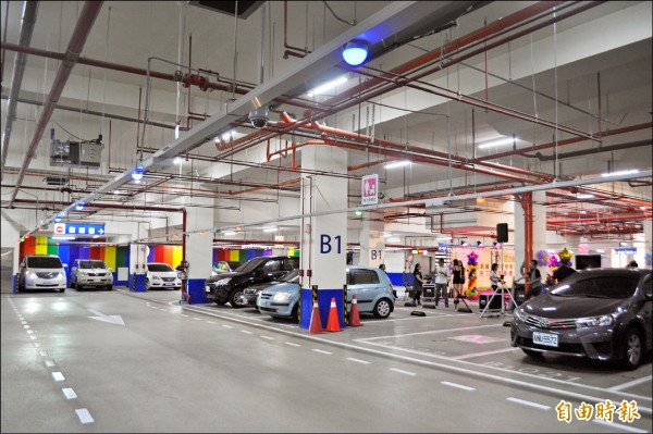 新明國小地下停車場採用先進的智慧車位在席系統,每個停車格透過影像辨識技術隨時掌握,搭配LED顯示幕及在席指示燈,可有效改善駕駛人尋找車位的不便。(記者李容萍攝)