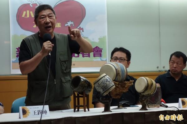 製鼓達人王錫坤提供人生奮鬥故事,收錄在「小人物、大榜樣」新書,提供品德教育,讓人看見台灣不同行業的典範。(記者吳柏軒攝)