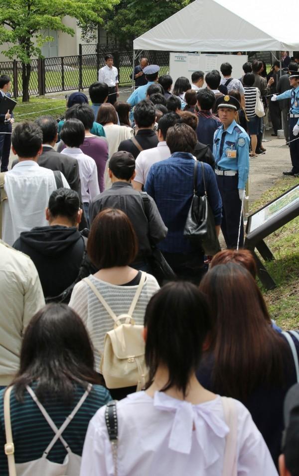 清原染毒案31日宣判,東京地院外擠滿了欲旁聽的民眾,長長人龍排了一圈又一圈,法警還得出動維持排隊秩序。(法新社)