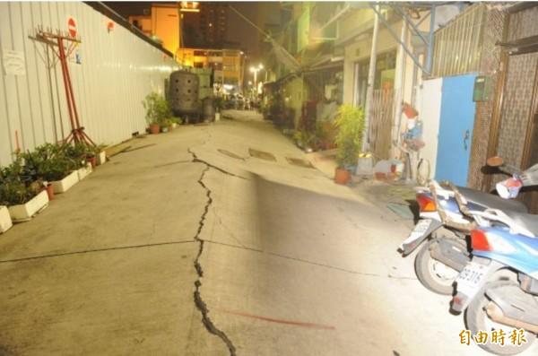 巷子地板因凹陷呈現波浪狀,亦有龜裂現象。(資料照,記者張忠義攝)