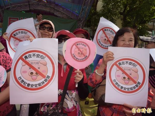 立法院門外聚集一群豬農舉標語和旗幟,大聲抗議美豬進口,現場約有上千人聚集,抗議群眾高舉標語抗議美豬進入台灣。(記者黃耀徵攝)