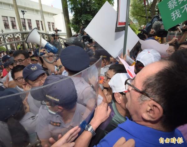 立法院國民黨團杯葛行政院長林全上台,場外也發動群眾抗議。(記者黃耀徵攝)