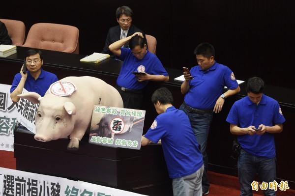 侯漢廷批評國民黨以前贊成美豬現在卻反對,以為可以學習到在野黨的杯葛技巧,卻失了立場。(記者羅沛德攝)