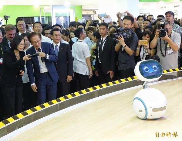 蔡英文總統(左)31日出席臺北國際電腦展,在華碩董事長施崇堂陪同下,與機器人Zenbo互動,Zenbo現場喊出「我以後要當第一位機器人總統」,讓眾人笑翻。(記者張嘉明攝)
