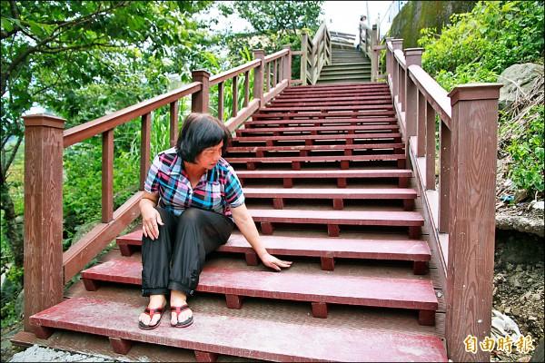 南庄鄉東河村6鄰鄰長根玉蘭,盼南庄鄉公所能以水泥材質改建樓梯,一勞永逸。(記者鄭鴻達攝)