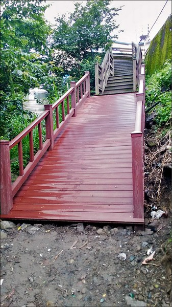 南庄鄉東河村一處木棧道樓梯,民眾反映被修改成有如溜滑梯。(翻攝自臉書《我是南庄人》)