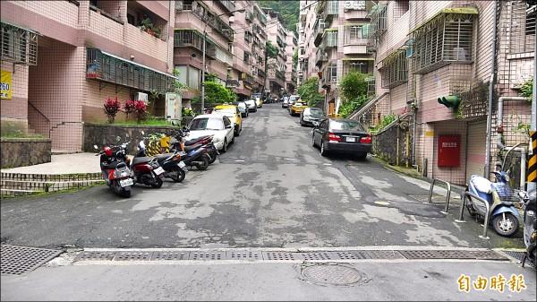 碇內街是幸福華城社區居民主要的出入道路,因坑洞很多盼能在今年完成改善。(記者林欣漢攝)