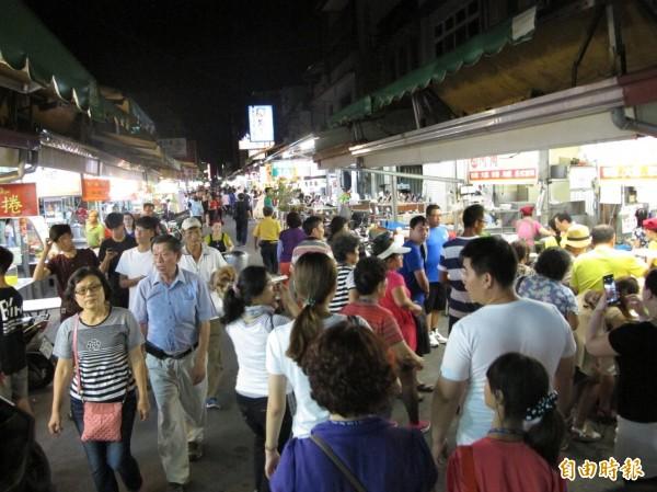 屏東夜市假日徒步區實施半個月來,大部分民眾都說讚。(記者葉永騫攝)