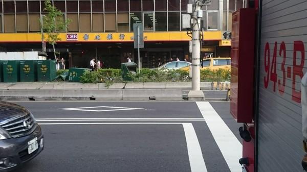 公車撞上分隔島,更將上面的變電箱撞得東倒西歪。(記者陳薏云翻攝自爆料公社)