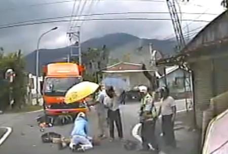 林冠蓉見義勇為替老翁CPR的救護身影(畫面中跪地急救者),被警消人員讚嘆這是全世界「最美麗的背影!」(記者王峻祺翻攝)