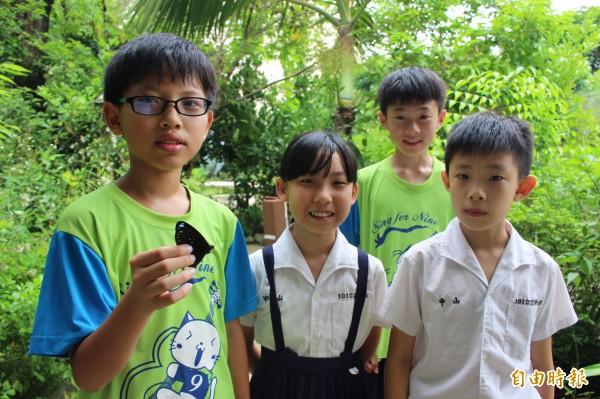 中山國小小朋友從低年級時開始接觸自然生態科學,造就不少生態小達人。(記者張聰秋攝)