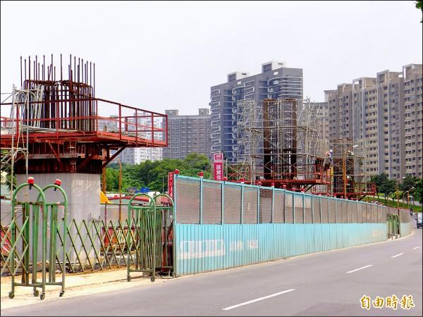 淡海輕軌運輸系統第一期工程持續進行,淡金路上可見橋樑墩柱。(記者李雅雯攝)