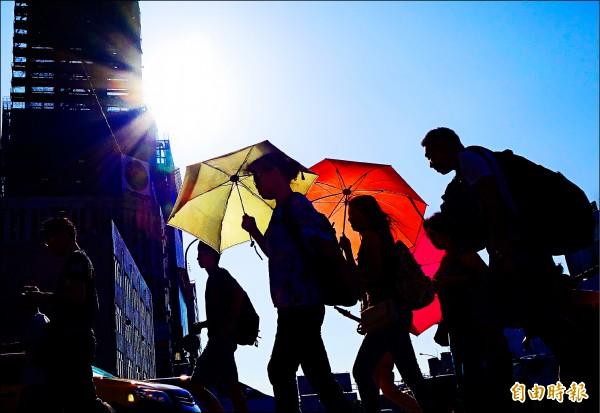 全台晴朗炎熱,台北昨出現卅七.三度高溫,創下今年台北站最高溫的紀錄,用電量直線上升,瀕臨限電。(記者朱沛雄攝)
