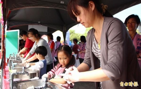 腸病毒好發季節來臨,大人、孩童都應勤洗手。示意圖。(資料照,記者林宜樟攝)