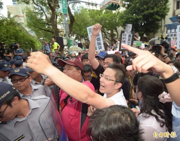 國民黨黨務主管、立委及上百位豬農齊聚立院場外抗議。(資料照,記者黃耀徵攝)
