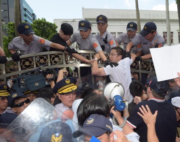 林全31日首次前往立法院進行施政報告,在立法院門外聚集抗議豬農,有人翻越青島東路的圍牆進入立法,與警方發生衝突。(資料照,記者黃耀徵攝)
