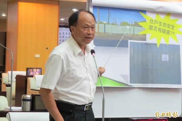 市議員王錦德針對中石化安順廠整治及古蹟保存議題提出質詢。(記者蔡文居攝)