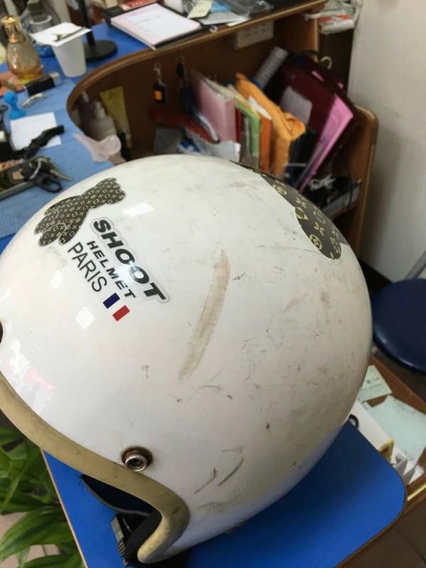 劉姓高職生的安全帽上,留下一道明顯的敲砍痕跡。(記者彭健禮翻攝)