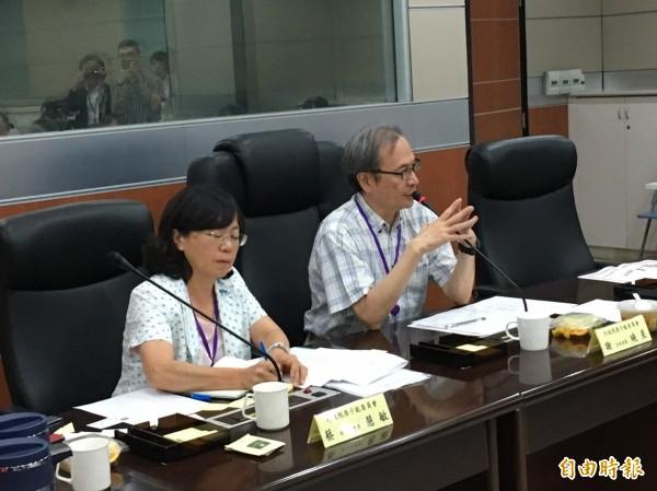 原能會主委謝曉星(右)向媒體表示核廢料貯存將改室內。(記者楊綿傑攝)
