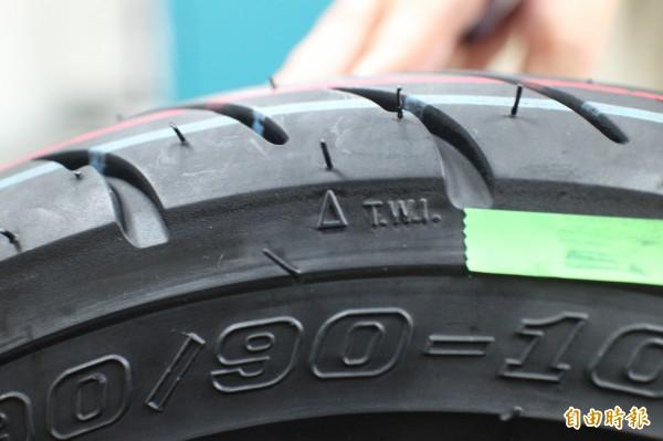 圖中胎邊靠近胎面的△記號,就是輪胎胎面的磨耗指示點。(記者黃美珠攝)