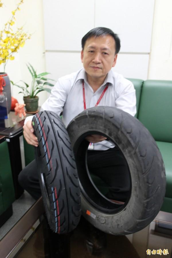 新竹區監理所副所長江澍人提醒鄉親,定期檢查自己的機車輪胎胎紋深度,行車才有安全。(記者黃美珠攝)