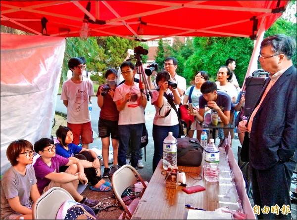 輔大校長江漢聲(右、西裝者)昨傍晚至抗議現場與學生對話。 (記者葉冠妤攝)
