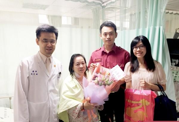 蕭婦(左二)康復出院。(記者黃捷翻攝)
