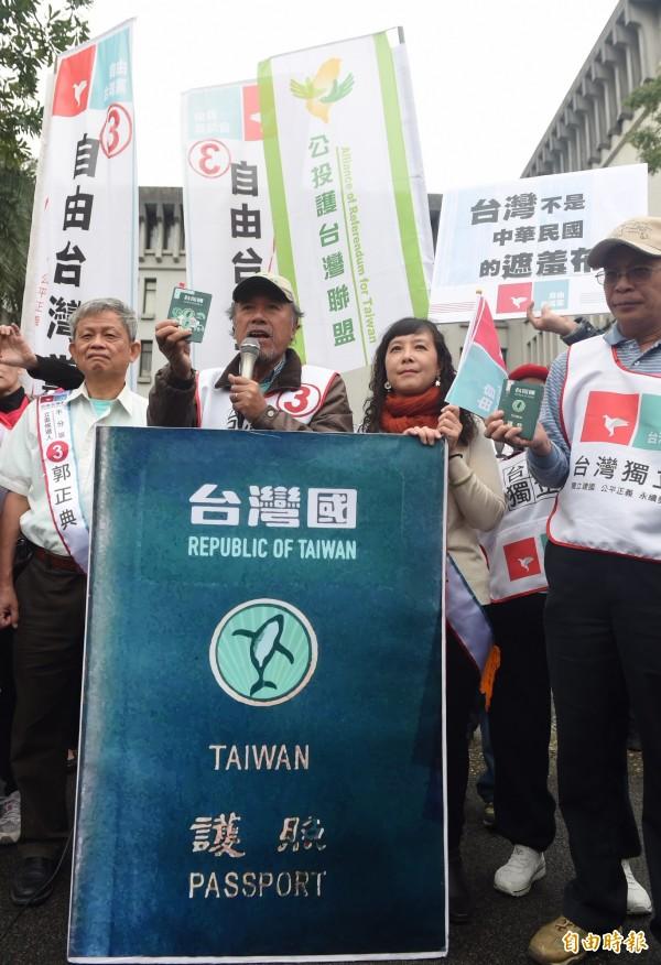 是否針對「台灣國護照貼紙」修訂《護照條例施行細則》,綠營立委表示,還要和時代力量立委林昶佐等人討論,確定立場。(資料照,記者簡榮豐攝)