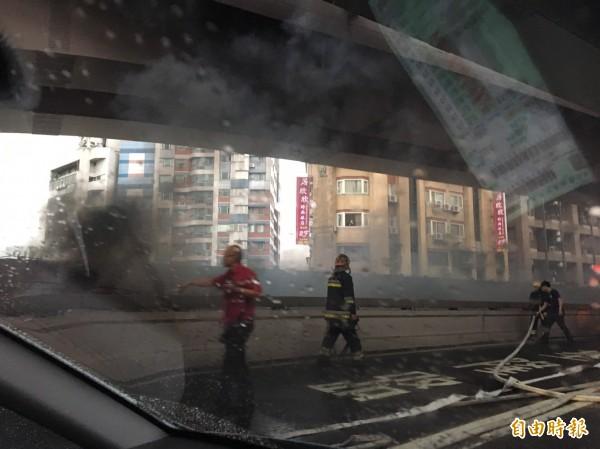 麥帥二橋下方小貨車起火,濃煙四竄。(記者陳宜豐攝)