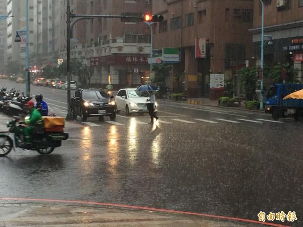 強降雨造成桃園多處淹水,中央氣象局統計,日累積雨量前3名都在桃園市,第一名為桃園市大園區埔心測站173.5毫米。(記者李容萍攝)