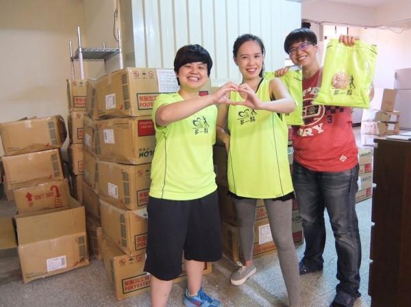 贈物網日前收到廠商捐贈的7400件公益路跑上衣,已將上架,供社福團體索取。(贈物網提供)
