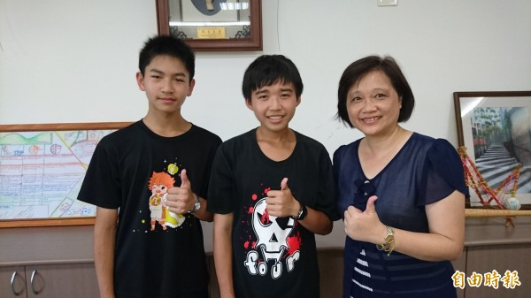 新東國中校長陳惠文(右起)稱讚學生賴竑霖、黃予平學習成績棒。(記者楊金城攝)