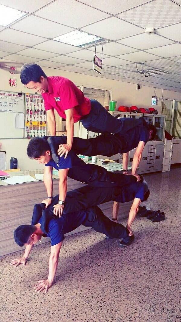嘉市蘭潭消防分隊隊員練習人體疊疊樂動作,強化團隊默契。(記者丁偉杰翻攝)
