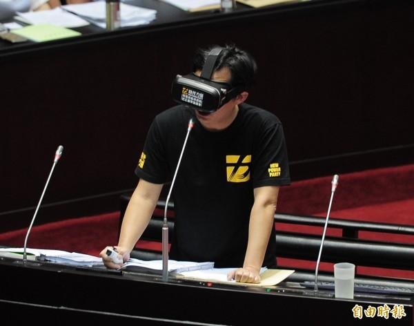 黃國昌使用VR進行質詢。(記者王藝菘攝)