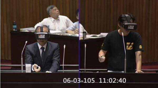 黃國昌邀請林全體驗虛擬實境裝置「VR」。(圖片截取自「立法院議事轉播IVOD」)